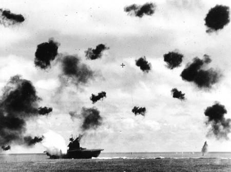 日本軍の空爆を受ける空母ヨークタウン(Wikipediaより)