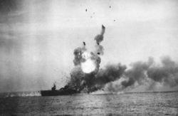敷島隊の特攻をうけて沈む米軍の船(Wikipedia「関行男」より)